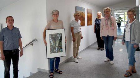 Viel Platz bieten die Etagen im DLZ in Wagenfeld, das wissen Dennis Härtel (von links), Brigitte Cording (hier mit Werk von Hans-Jürgen Dehn), Künstlerin Karin Altrogge, Sabine Speckmann, Carmen Finkenstädt und Marita Kleemeyer.