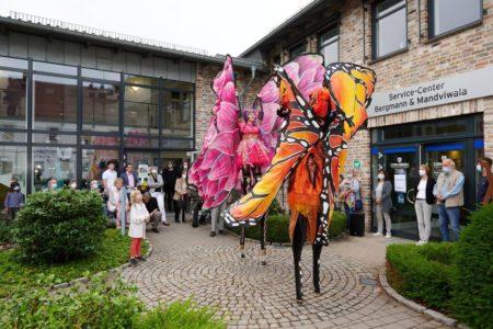 """Zwei riesige Schmetterlinge """"flatterten"""" vor dem Dienstleistungszentrum umher und zogen die Besucher in ihren Bann."""
